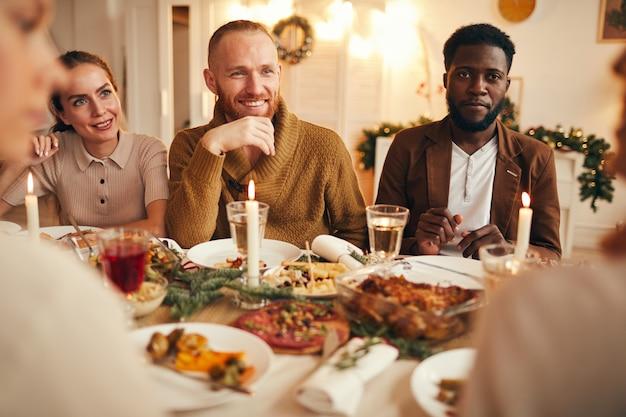 Grupo multiétnico de pessoas desfrutando de jantar
