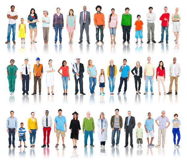 Grupo multiétnico de pessoas sorrindo em uma fileira
