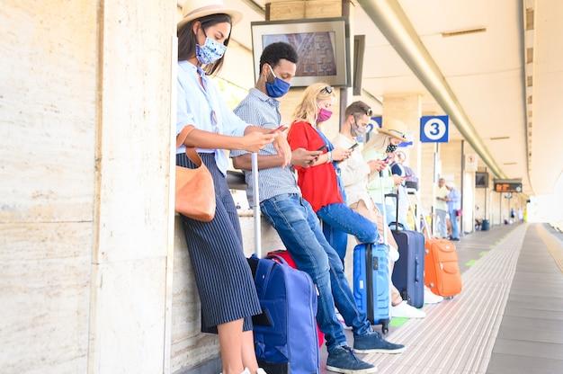 Grupo multirracial de amigos na estação ferroviária
