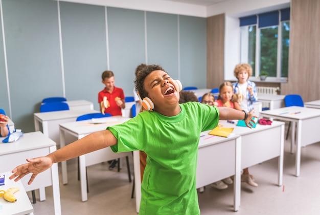 Grupo multirracial de crianças na escola primária