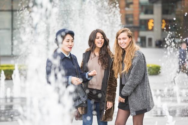 Grupo multirracial de garotas se divertindo em londres