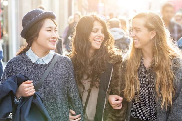 Grupo multirracial de meninas andando em londres