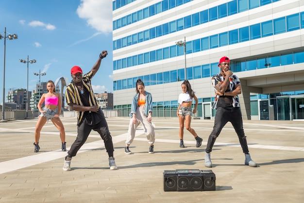 Grupo multirracial de turma de hip hop dançando