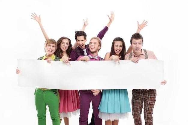 Grupo musical de alunos criativos segurando um banner. isolado em um branco