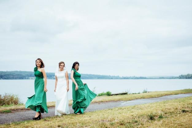 Grupo noiva verão casamento ao ar livre. ucrânia europa