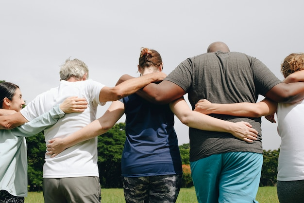 Grupo pessoas, abraçando, parque
