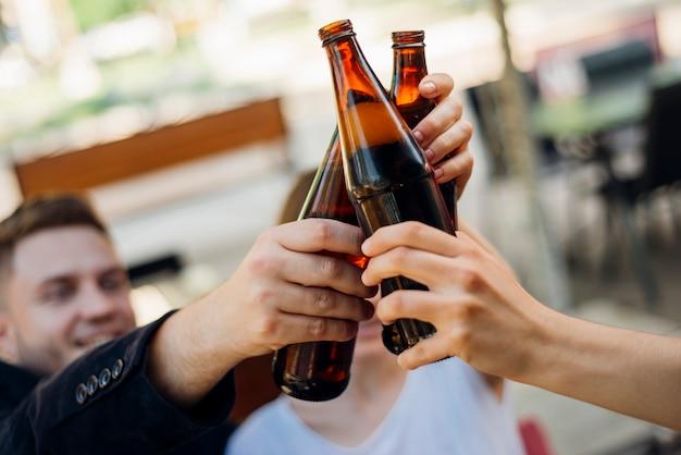 Grupo pessoas, clanging, garrafas, junto