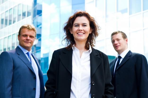 Grupo pessoas empresariais, com, executiva, líder, ligado, primeiro plano