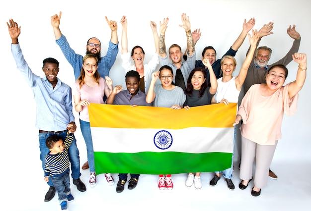 Grupo pessoas, segurando, indianas, bandeira, estúdio, retrato