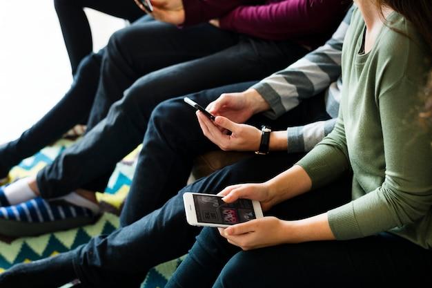Grupo pessoas, usando, telefone móvel, ligado, sofá