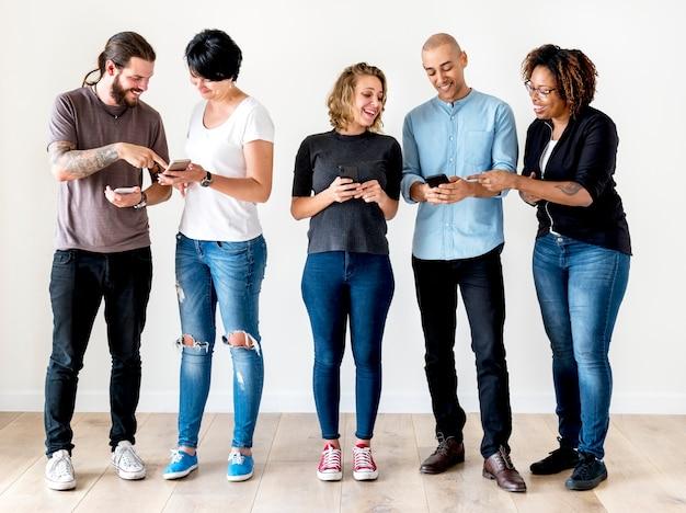 Grupo pessoas, usando, telefone móvel