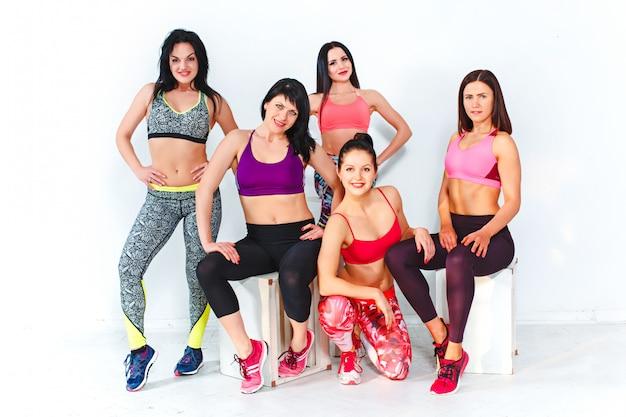 Grupo posando em um ginásio de um centro de fitness