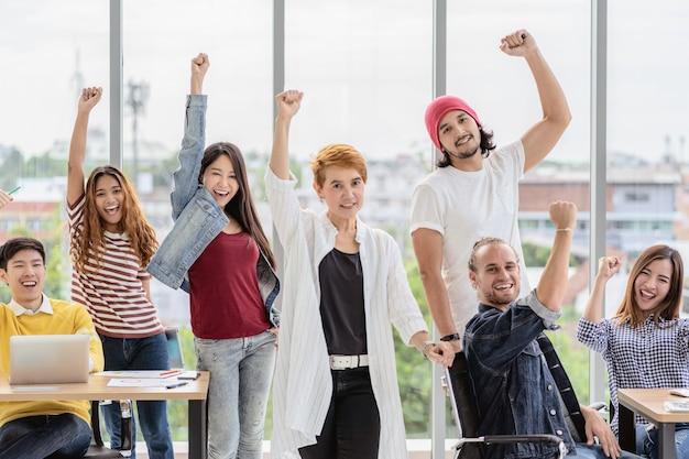 Grupo retrato, de, asiático, e, multiétnico, pessoas negócio, com, terno ocasional, em, feliz, ação