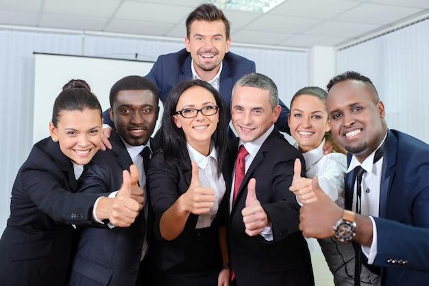 Grupo, retrato, de, pessoas negócio, sorrindo, em, escritório