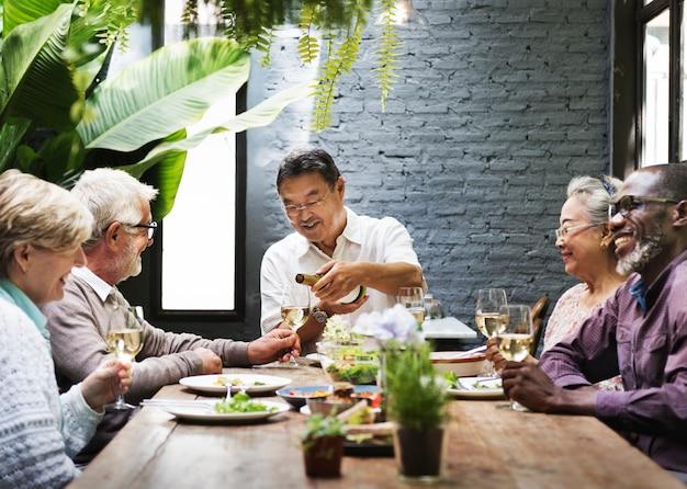 Grupo sênior relaxar estilo de vida dinning concept