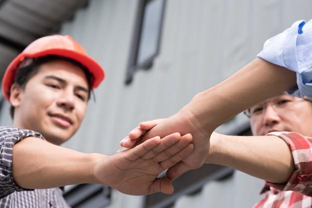 Grupo trabalho, de, engenheiro, pessoas, juntar, mãos