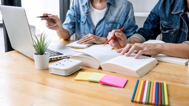 Grupo tutor na biblioteca estudando e lendo, fazendo lição de casa e prática de aula preparando exame