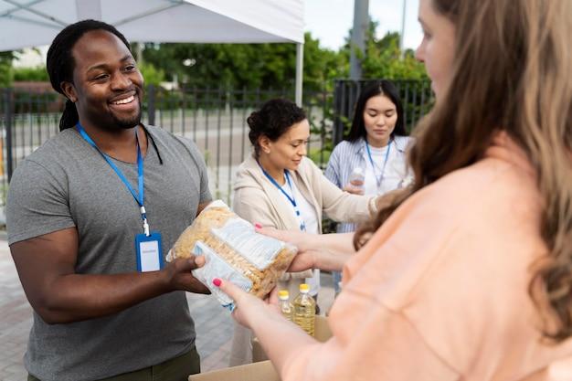 Grupo voluntário de caridade de banco de alimentos