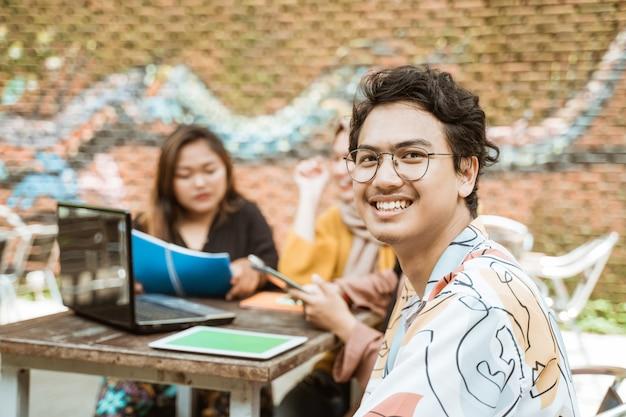 Grupos de adolescentes aprendem juntos a trabalhar em tarefas da faculdade