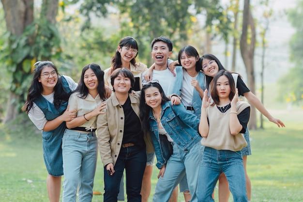 Grupos de amigos de diversidade se abraçam juntos