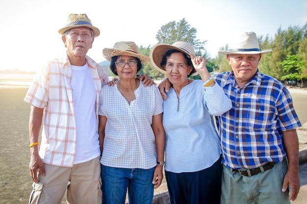 Grupos de idosos asiáticos vêm visitar o mar para relaxar.