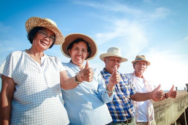 Grupos de idosos asiáticos vivem uma vida feliz após a aposentadoria.
