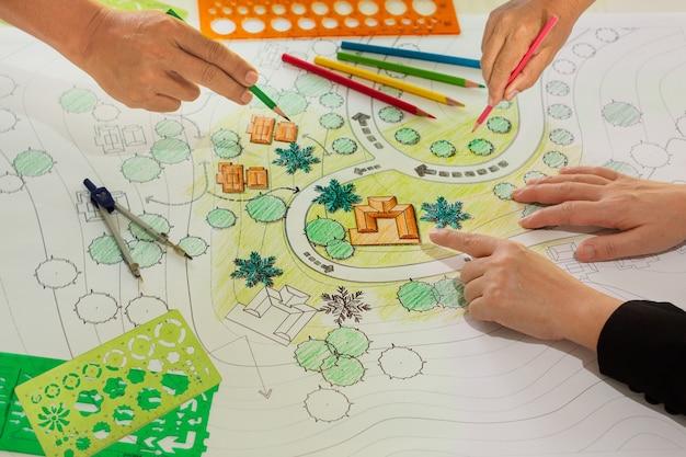 Grupos de trabalho de alunos de arquiteto paisagista em sala de aula