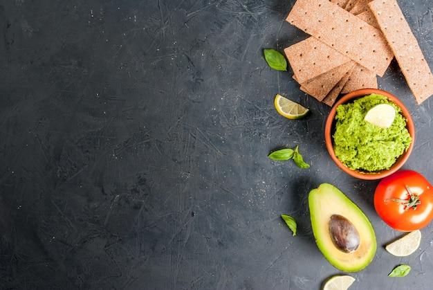Guacamole com ingredientes para sanduíches
