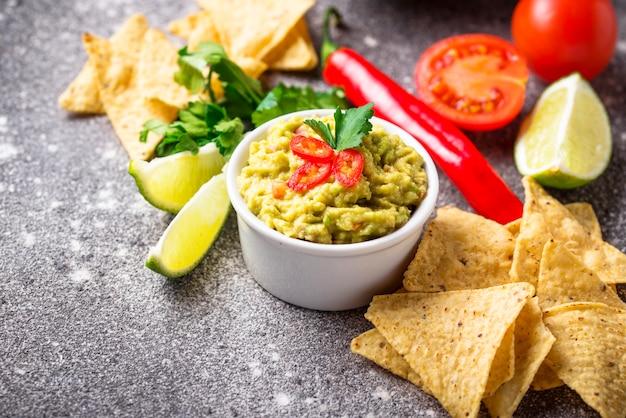 Guacamole de molho de abacate com nachos de chips de milho
