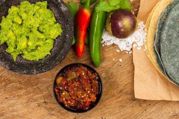 Guacamole e salsa de vista superior para tortilha