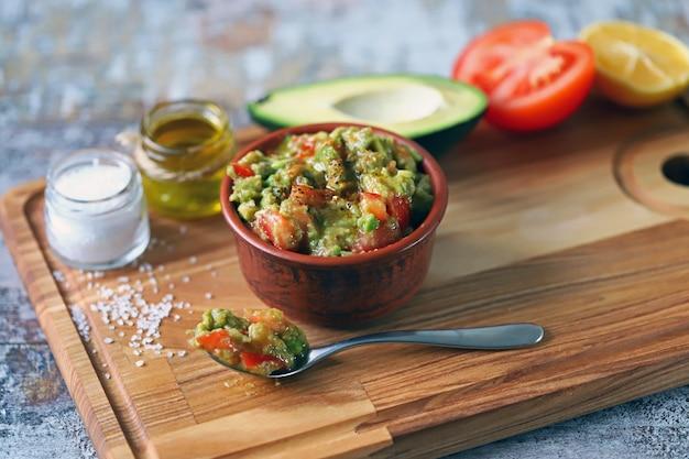 Guacamole fresco. guacamole de abacate profundo. keto dieta. keto lanche.