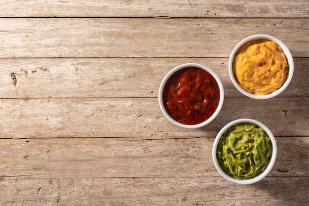 Guacamole, pimenta e molho de queijo
