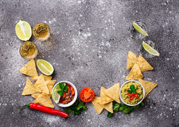 Guacamole, salsa, chips nachos e tequila