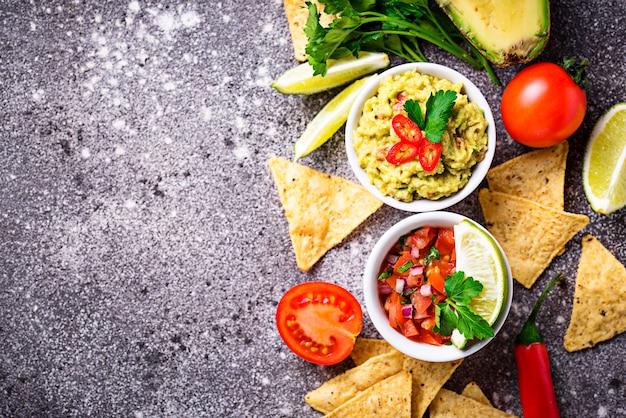 Guacamole, salsa molho de tomate e nachos chips