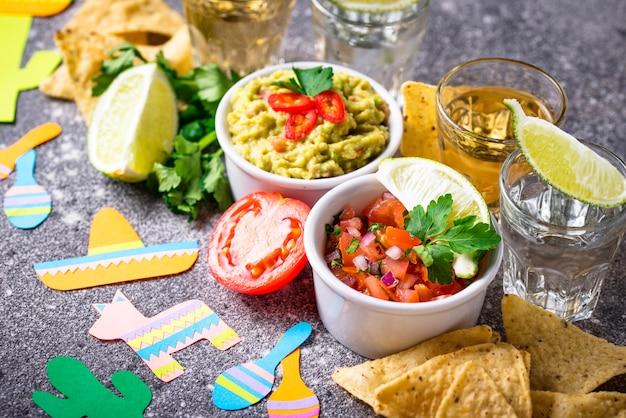 Guacamole, salsa, nachos e tequila