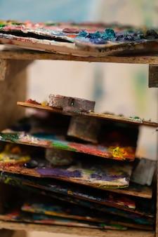 Guache colorido. perto das paletas com guache colorido na mesa da oficina artística