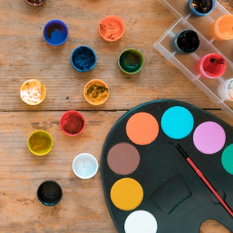 Guache multicolorido e paleta com pincel