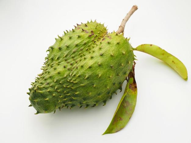 Guanabana de frutas, graviola em fundo branco.