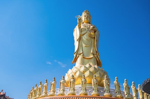 Guanyin madrinha com lindo céu no templo foguangshan thaihua, tailândia. para guang shan é uma das quatro grandes organizações budistas em taiwan