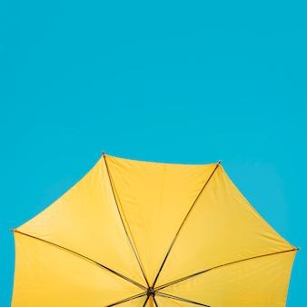 Guarda-chuva amarelo cópia-espaço