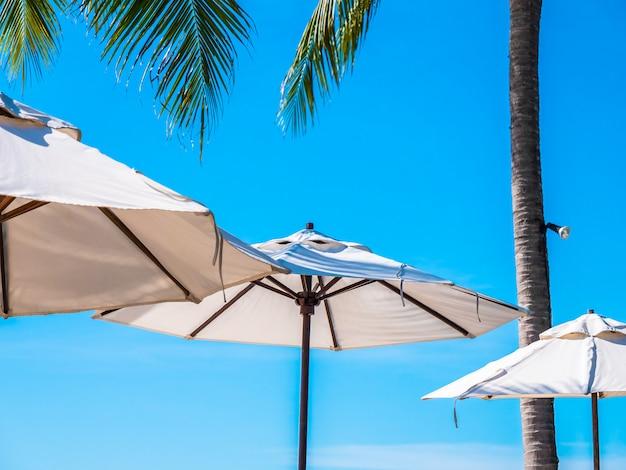 Guarda-chuva branca com coqueiro com mar oceano