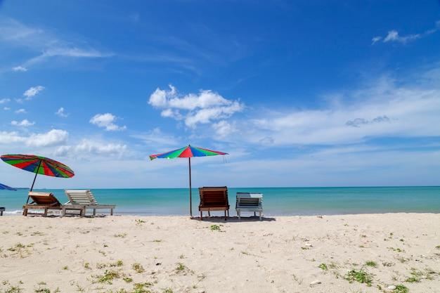 Guarda-chuva colorida na praia na temporada de verão
