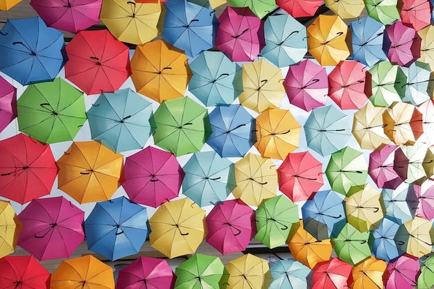 Guarda-chuva colorido de fundo pendurado na rua em bordeaux frança