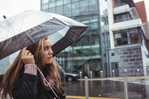 Guarda-chuva de exploração de mulher bonita