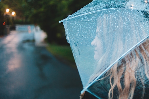 Guarda-chuva de exploração de mulher