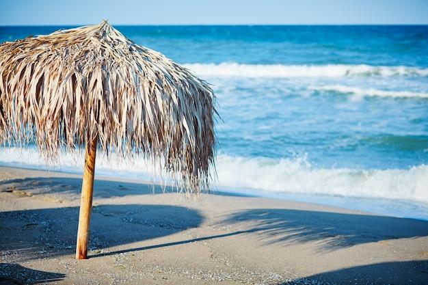 Guarda-chuva de palha na praia