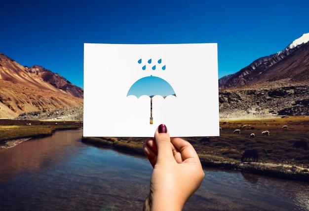 Guarda-chuva de papel perfurado de estação chuvosa Foto gratuita