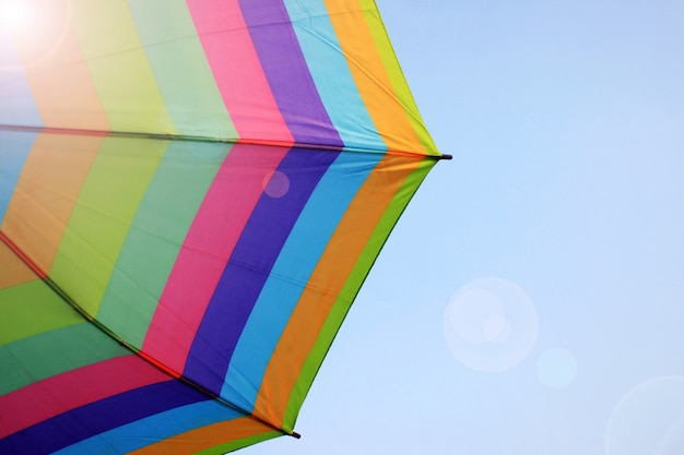 Guarda-chuva de sol guarda-chuva no fundo do céu