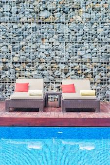 Guarda-chuva e cadeira com piscina
