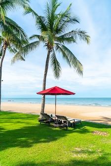 Guarda-chuva e cadeira com vista para o mar em hotel resort para conceito de viagens de férias